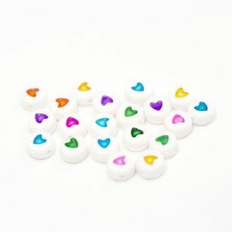 biele-koralky-s-farebnymi-srdieckami